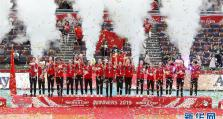 排球——女排世界杯:中国队捧杯