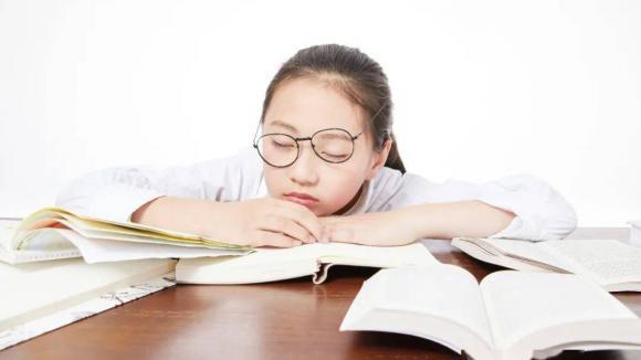教育部:中小学原则上采用纸质作业,每月调整学生座位
